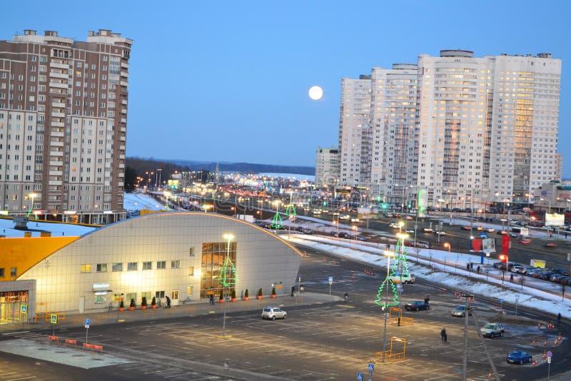 Mooie cityscape met stedelijk de stad in van Minsk, Wit-Rusland Stedelijke landschapsweg De hemel van de nacht stock afbeelding