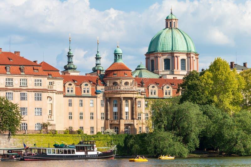 Mooie cityscape van de zomerpraag met klassieke rode daken royalty-vrije stock afbeeldingen