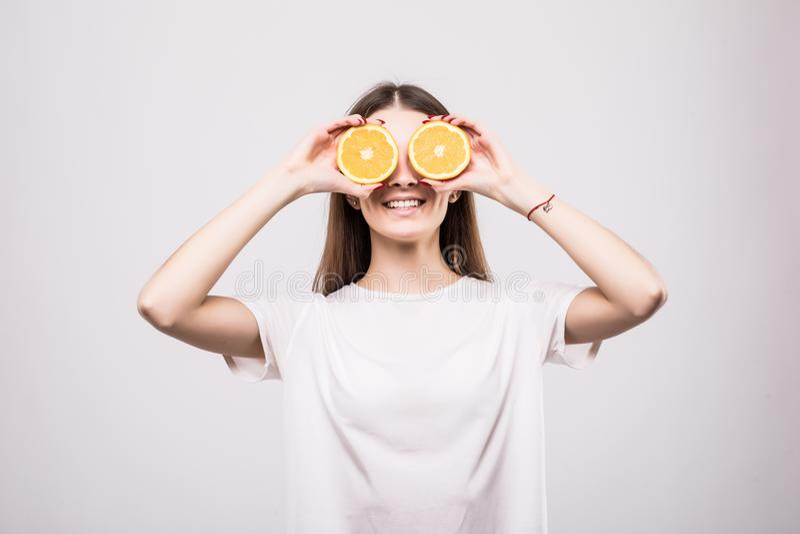 Mooie close-up jonge vrouw met sinaasappelen Gezond voedselconcept Huidzorg en schoonheid Vitaminen en Mineralen Het concept van  stock fotografie