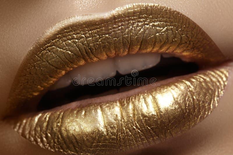 Mooie close-up met vrouwelijke mollige lippen met gouden kleurenmake-up De manier viert samenstelling, schittert schoonheidsmidde royalty-vrije stock foto