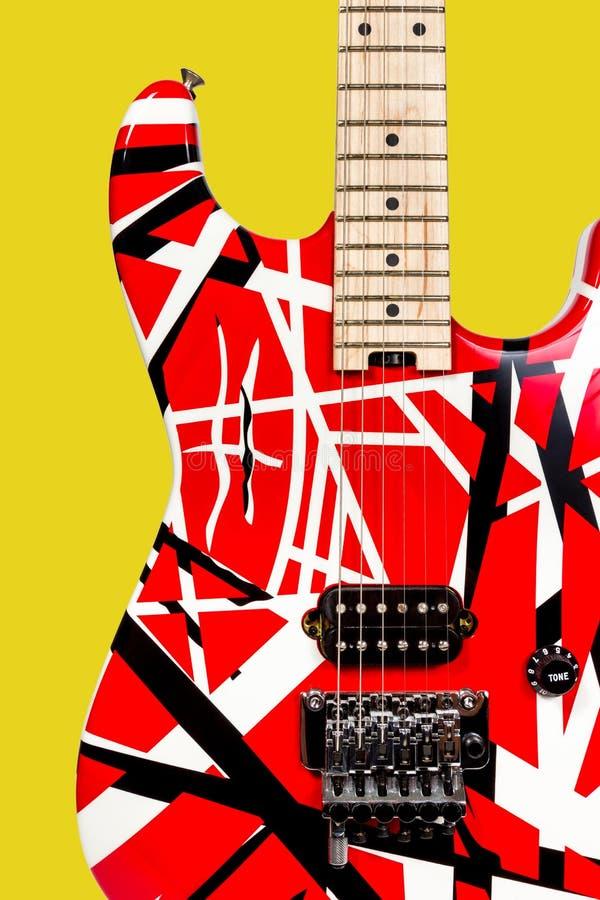 Mooie close-up rode en witte elektrische gitaar stock afbeeldingen