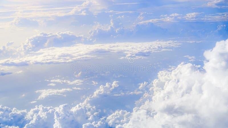 Mooie cloudscape met duidelijke blauwe hemel Een mening van vliegtuigvenster stock foto