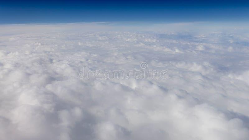 Mooie cloudscape met duidelijke blauwe hemel Een mening van vliegtuigvenster stock foto's