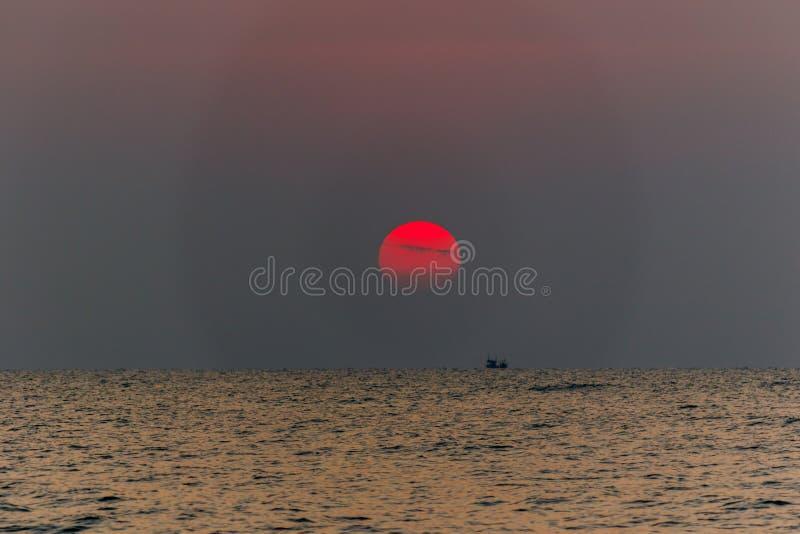 Mooie cloudscape over het overzeese zonsopgangschot stock afbeelding