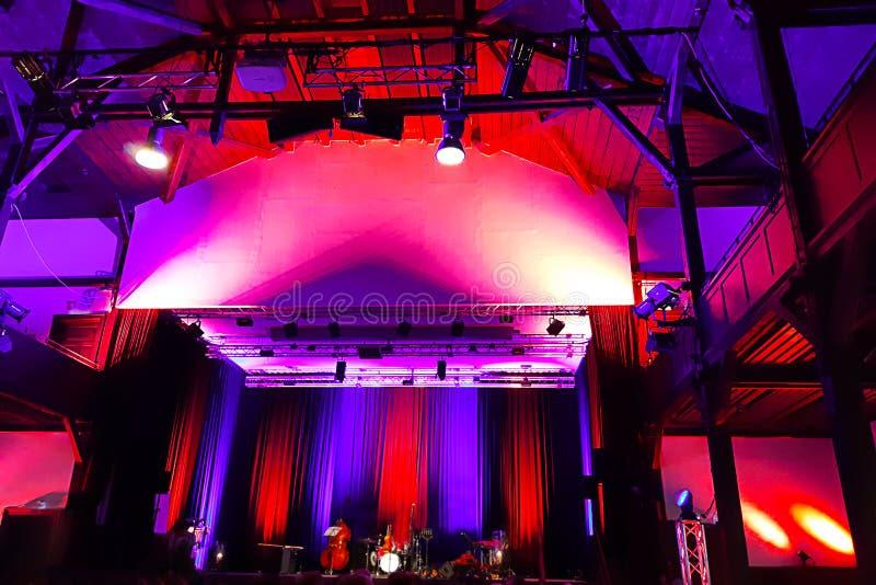 Mooie concertzaal in heldere purple, viooltje en rood licht, met metaalcostruction en professionele verlichting Defocusedstadium royalty-vrije stock afbeelding