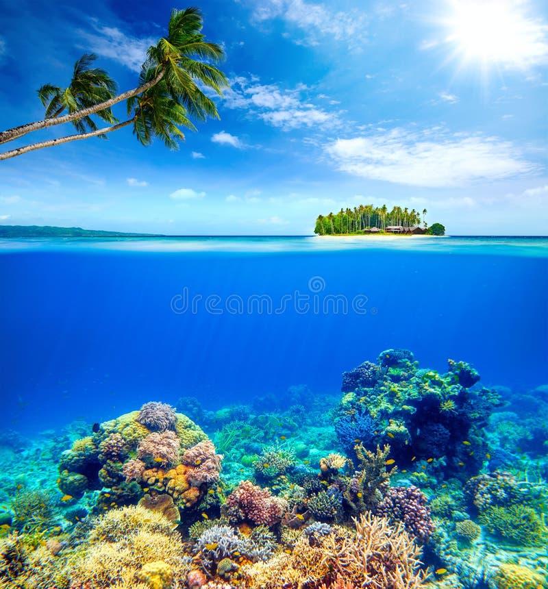 Mooie Coral Reef op de achtergrond van een klein eiland royalty-vrije stock afbeelding