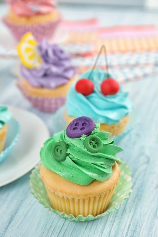Mooie cupcakes op lijst royalty-vrije stock foto's