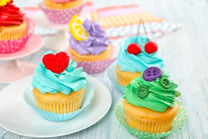 Mooie cupcakes op lijst stock foto's