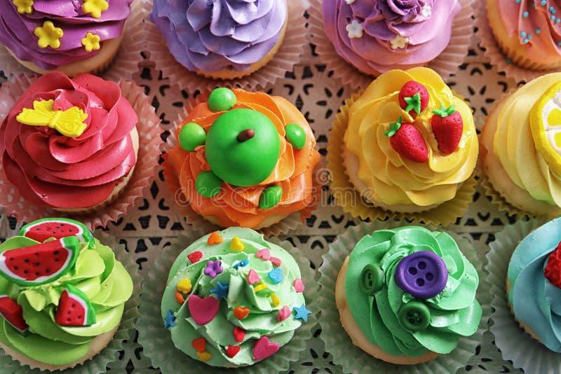 Mooie cupcakes op uitstekend dienblad, stock afbeeldingen