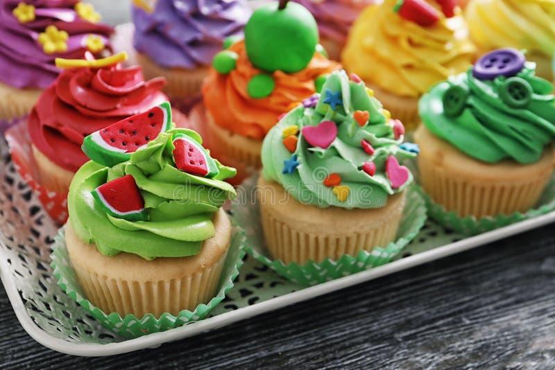 Mooie cupcakes op uitstekend dienblad, stock fotografie