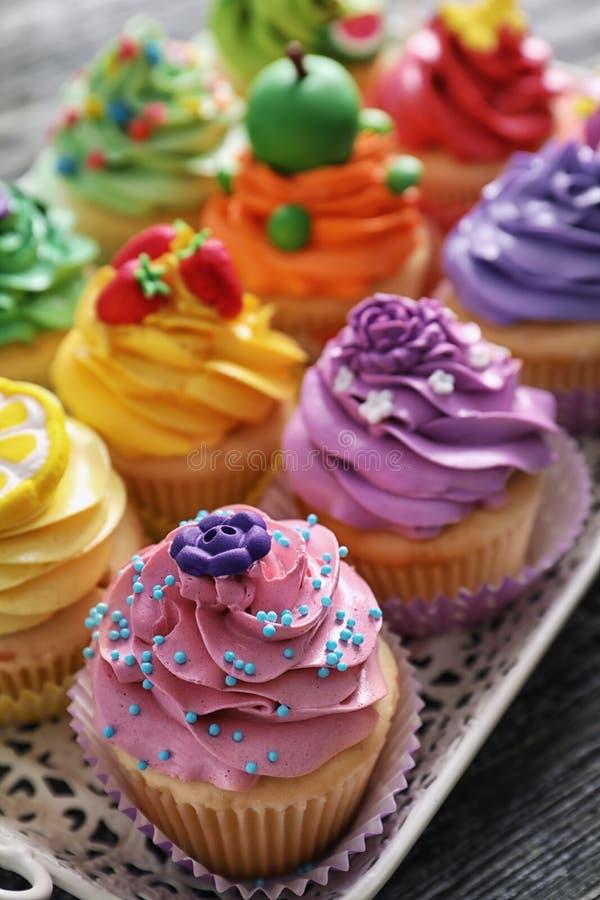 Mooie cupcakes op uitstekend dienblad, royalty-vrije stock afbeelding