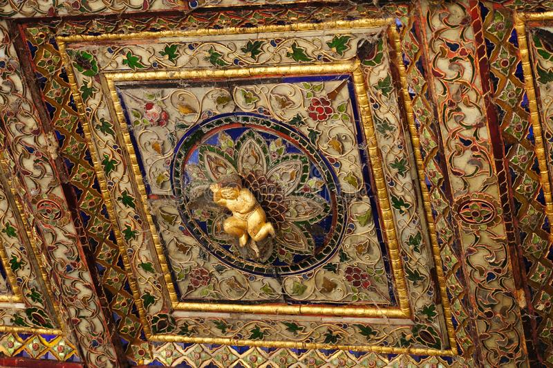 Mooie cupido bij plafond van Wat Phra Kaew Don Tao, Thaise Lampang, stock afbeelding