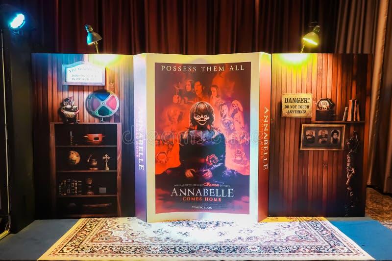 Mooie 3D Rechtopstaande reiziger vertoningen van van de Amerikaanse Griezelfilm 'Annabelle Comes Home 'bij de bioskoop om de film royalty-vrije stock foto