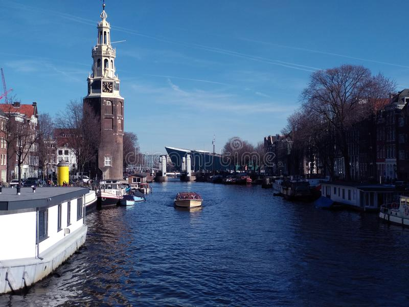 Mooie dag op de Nederlandse kanalen van Amsterdam stock foto's