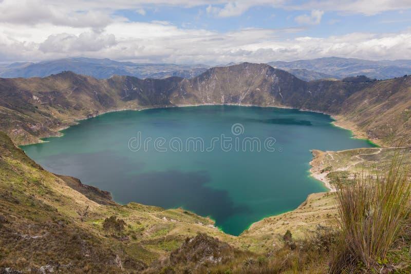 Mooie dag in Quilotoa, met water gevulde caldera en het meest wes stock fotografie