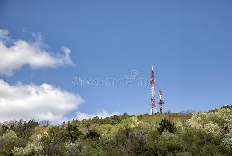Mooie dagmening bij TV-toren op de bovenkant van de berg royalty-vrije stock afbeelding