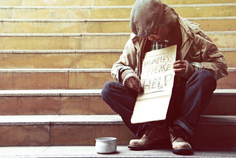 Mooie Dakloze mensenzitting bij het lopen van straat stock foto