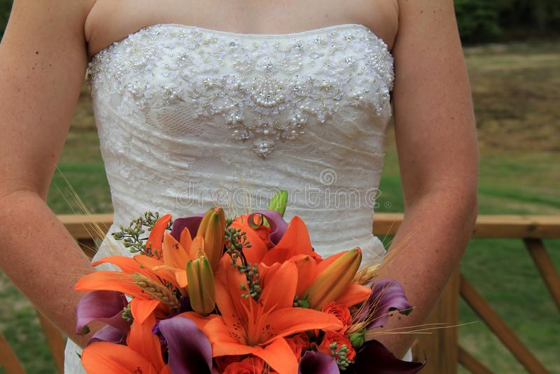 Mooie Dalingsbloemen in bruid` s boeket royalty-vrije stock fotografie