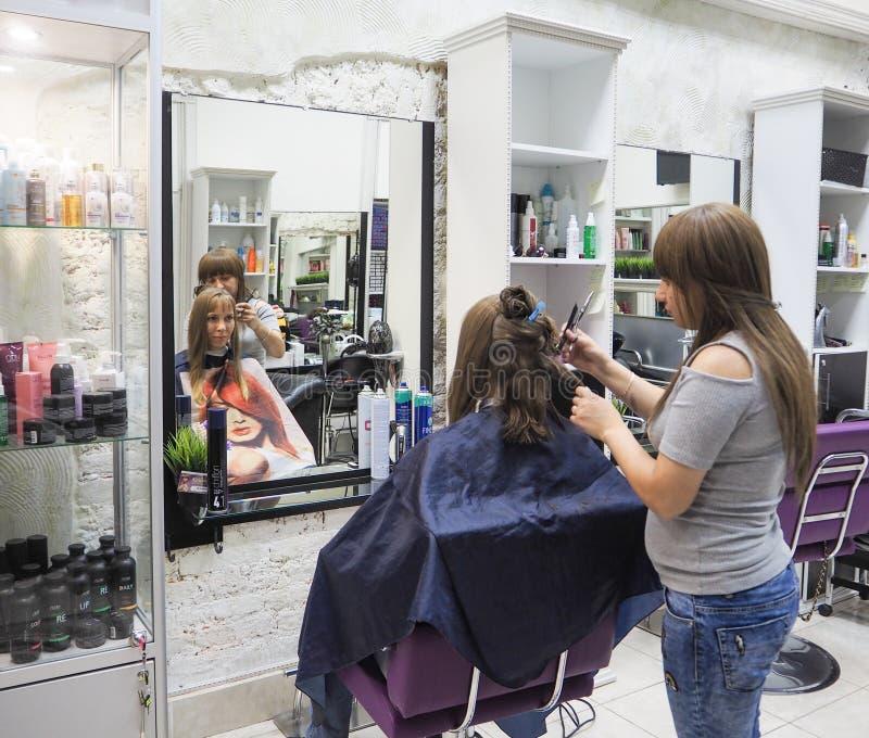 Mooie dame die haar in de salon doen Kapper die kapsel in herenkapper doen Rusland Heilige-Petersburg De zomer van 2 stock foto's