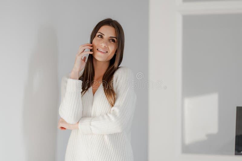 Mooie dame die op mobiele telefoon spreken royalty-vrije stock foto's