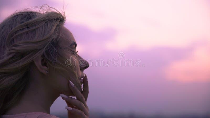 Mooie dame die zich droevig zoete kussen van geliefde vriend op haar lippen herinneren stock foto's