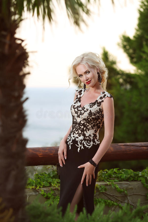 Mooie dame in elegante kleding hairstyle Rode lippenmake-up stock foto