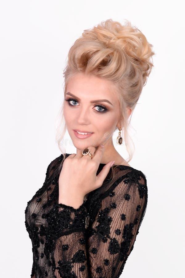 Mooie dame in elegante zwarte avondjurk met updokapsel De foto van de manier royalty-vrije stock afbeelding
