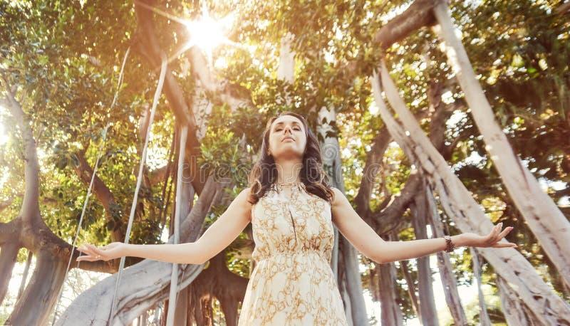 Mooie dame in het regenwoud royalty-vrije stock fotografie