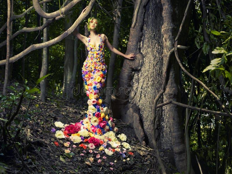 Mooie dame in kleding van bloemen stock afbeeldingen