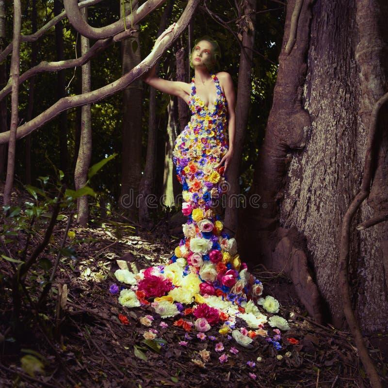 Mooie dame in kleding van bloemen