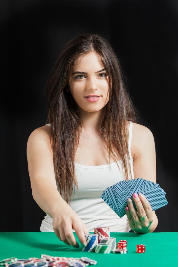 Mooie dame speelblackjack in casino stock fotografie