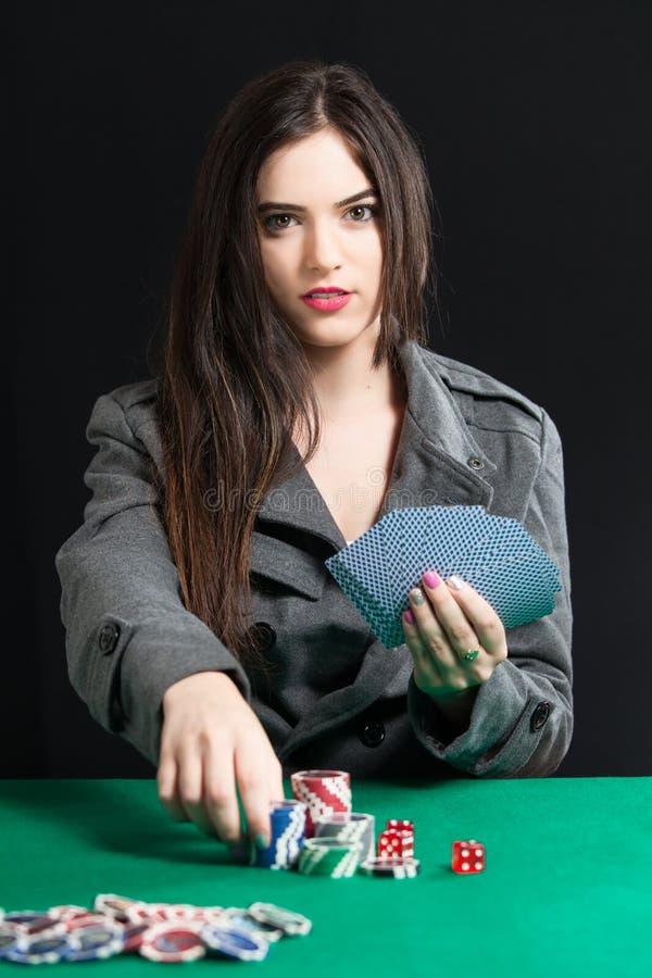Mooie dame speelblackjack in casino stock afbeeldingen