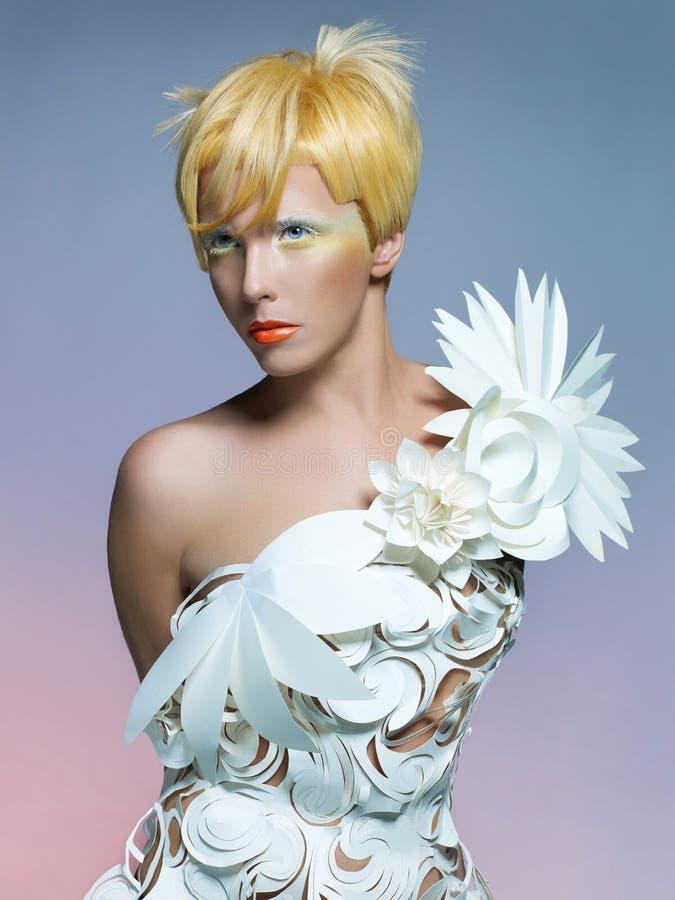 Mooie dame in witte kleding stock afbeeldingen