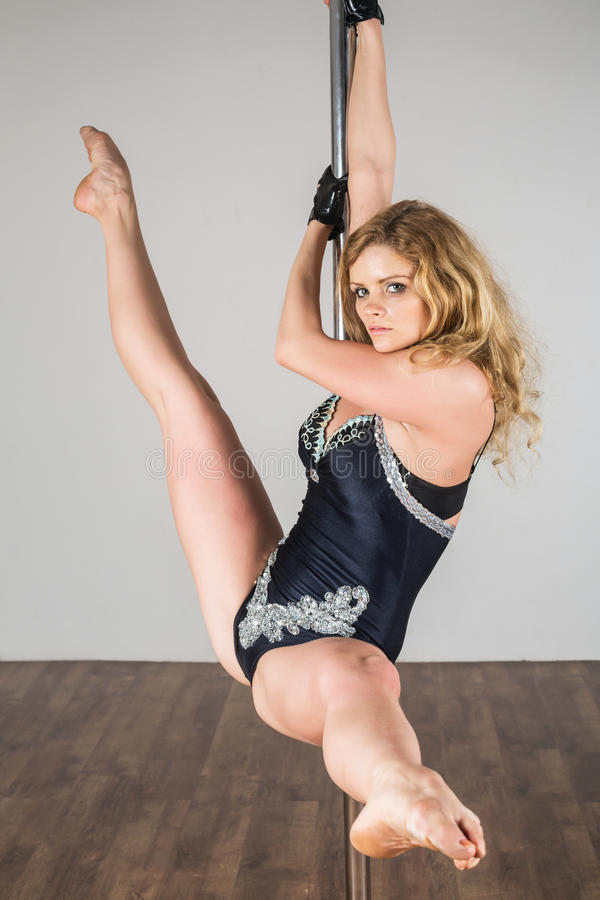 Mooie danser die moeilijke acrobatische trucs doen royalty-vrije stock afbeeldingen