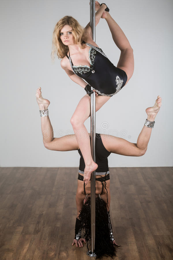 Mooie danser die moeilijke acrobatische trucs met een pool doen royalty-vrije stock foto