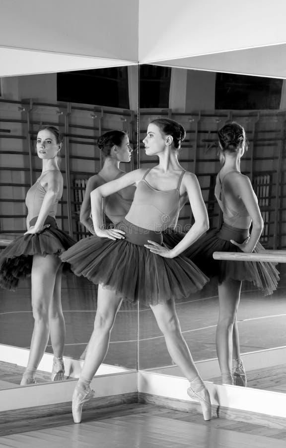 Mooie dansersballerina met bezinning stock afbeelding
