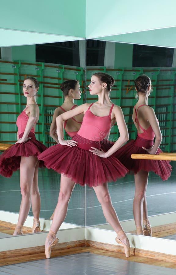 Mooie dansersballerina met bezinning stock foto