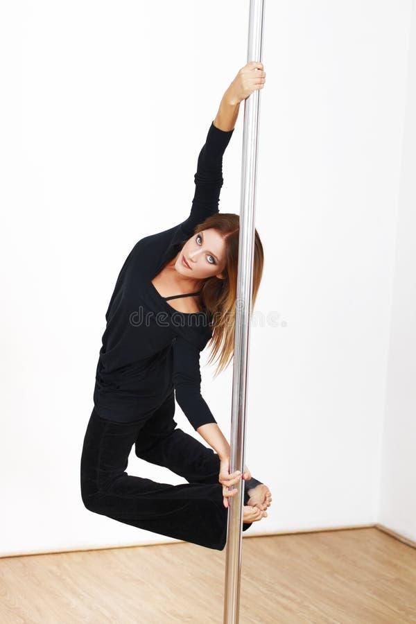 Mooie de danserspraktijk van de blondepool stock afbeelding