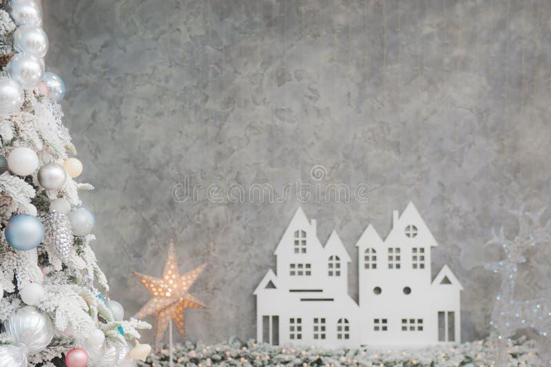 Mooie de decoratieboom van de Kerstmisvooravond met speelgoed glanzende ster a royalty-vrije stock afbeeldingen