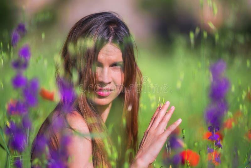 Mooie de lente jonge vrouw die in openlucht van aard genieten Gezond s royalty-vrije stock afbeeldingen