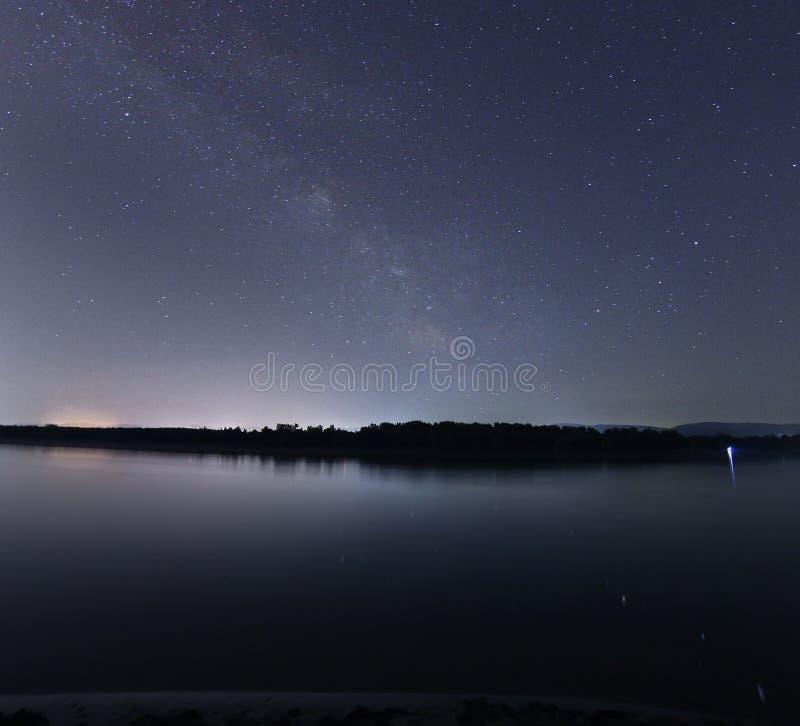Mooie de nachthemel van de melkwegmelkweg over de rivier royalty-vrije stock fotografie