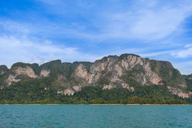 Mooie de rivierhemel van het bergenmeer, Ratchaprapha-Dam, Thailand royalty-vrije stock afbeelding