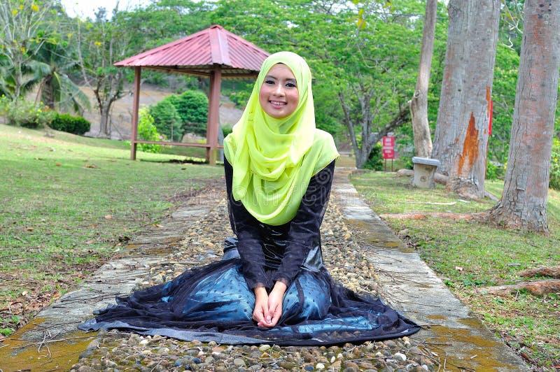 Mooie de slijtageblouse van de muslimahdame en hijab het stellen royalty-vrije stock fotografie