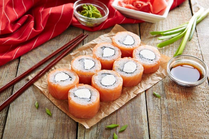 Mooie de Sushibroodjes van Philadelphia met Zalm en Roomkaas stock afbeelding