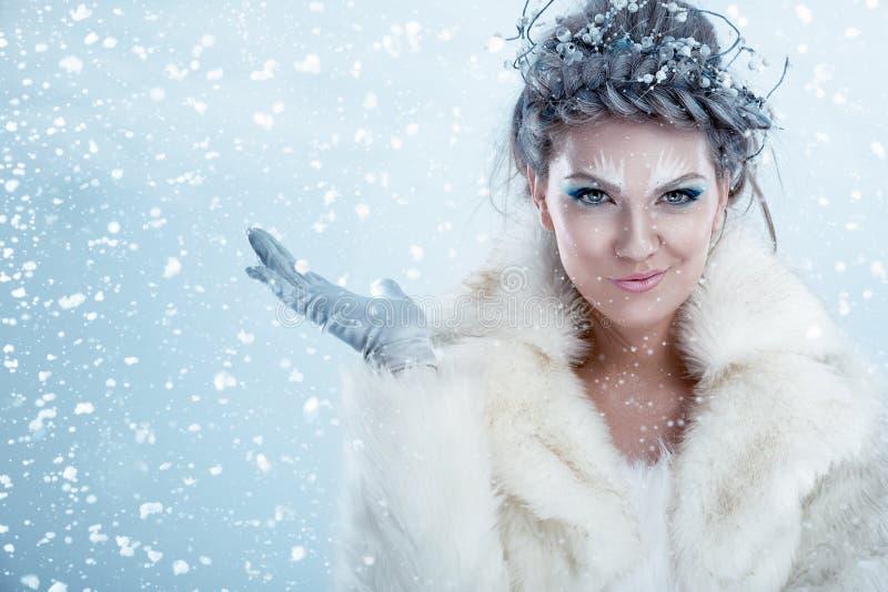 Mooie de wintervrouw royalty-vrije stock fotografie