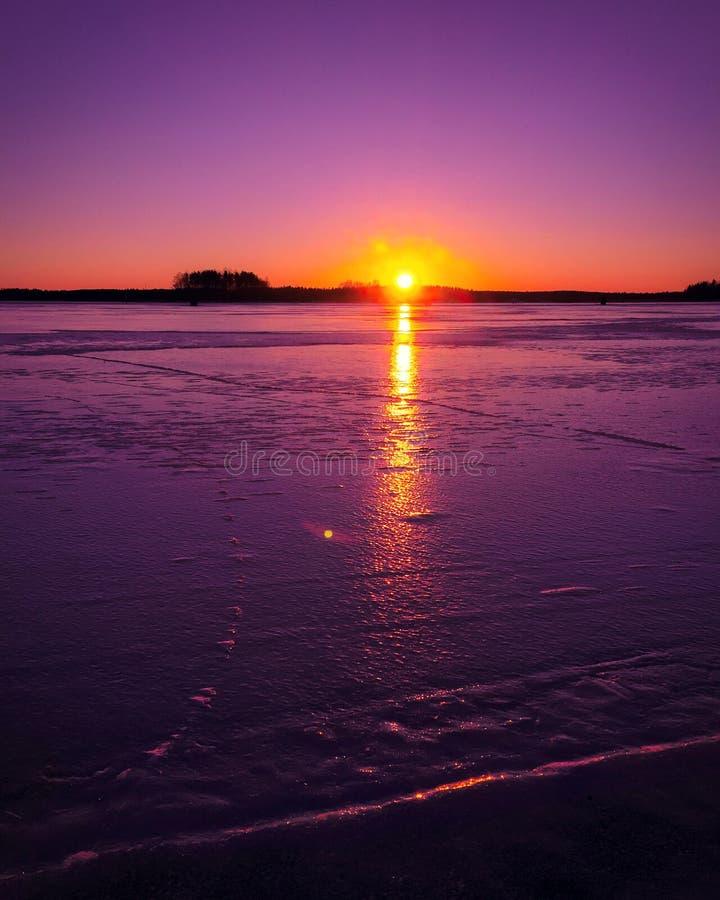 Mooie de winterzonsondergang in meer stock afbeelding