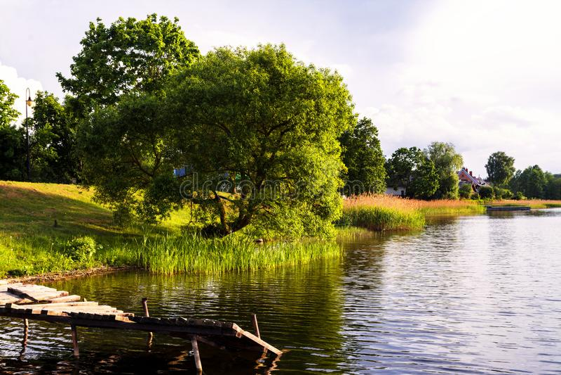 Mooie de zomeravond in de mooie Litouwse stad Trakai, verbazende aardfoto, oude wrakpijler royalty-vrije stock afbeelding