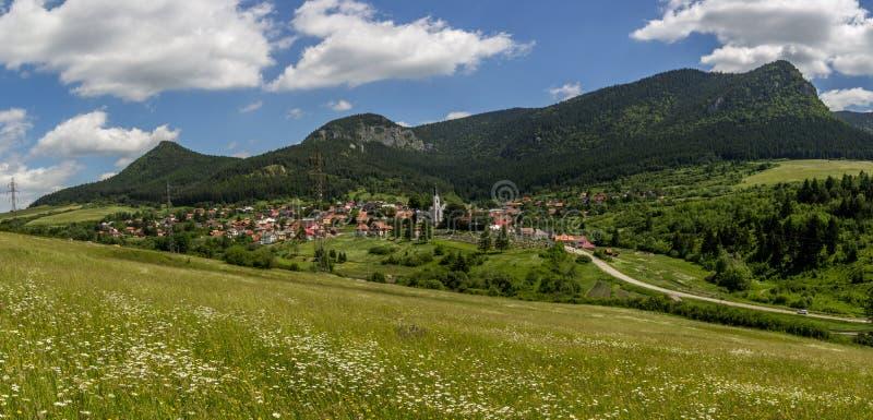 Mooie de zomermening over het dorp van Valaska Dubova, Slowakije royalty-vrije stock afbeeldingen