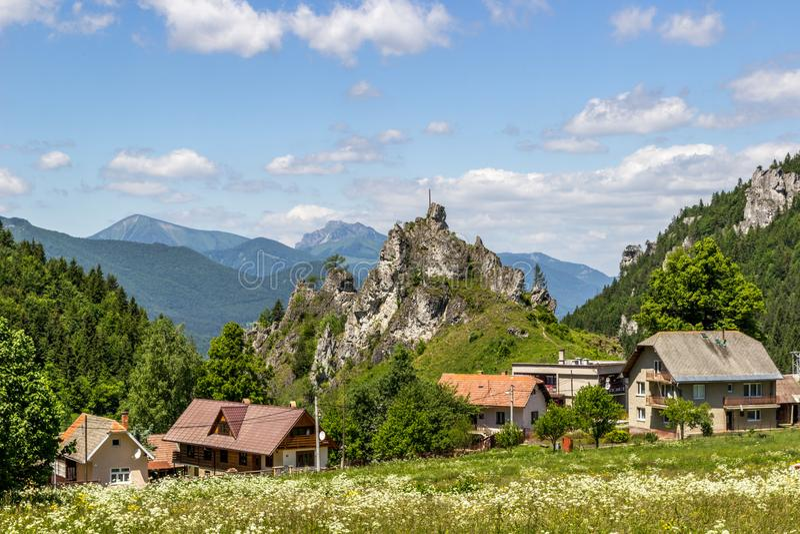 Mooie de zomermening over Mala Fatra-bergen van Komjatna, Slowakije royalty-vrije stock afbeelding