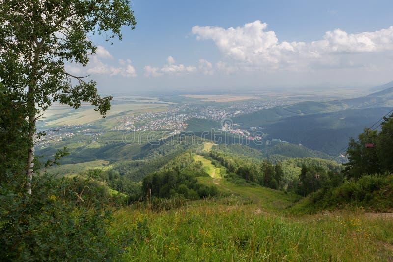 Mooie de zomermening van Onderstel Tserkovka aan toevlucht van Belokurikha in Altai Krai stock afbeelding